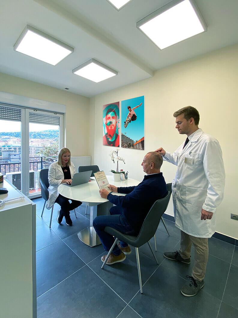 Orvosi csapatunk sikeresen oldja meg a hajproblémákat, jelentős, szemmel látható, valós eredményeket garantálva páciensei számára.