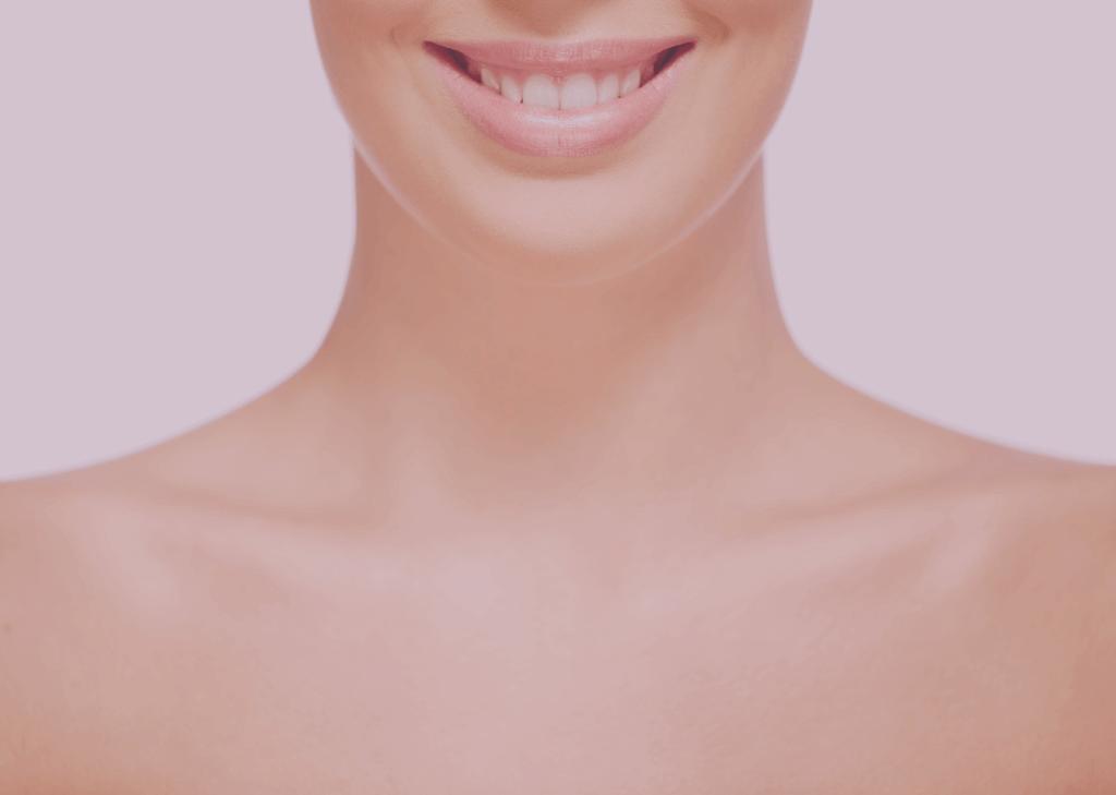 Magabiztos női mosoly, szép selymes bőr nyaktájékon.