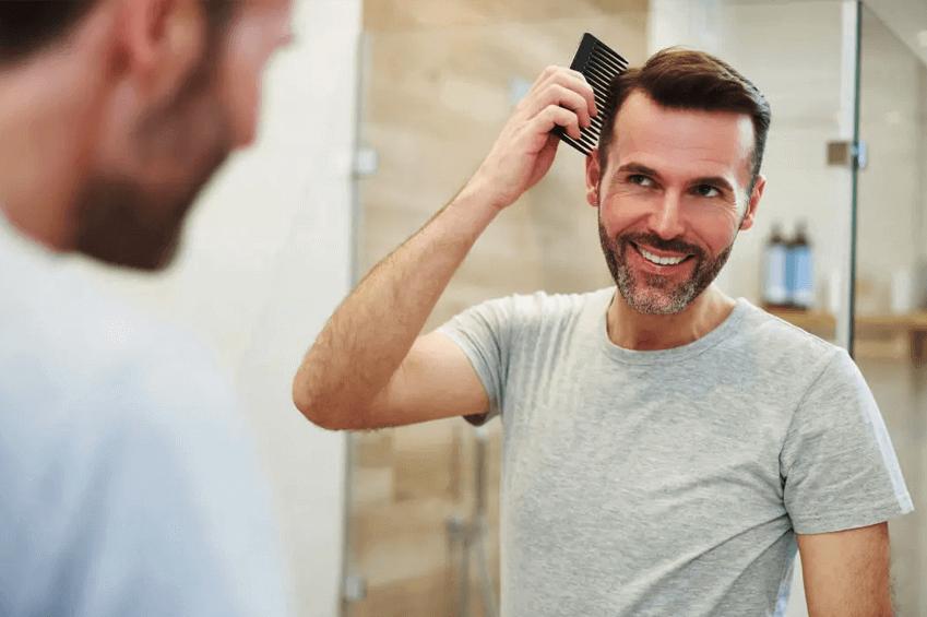 Férfi fésüli a természetes hatású haját